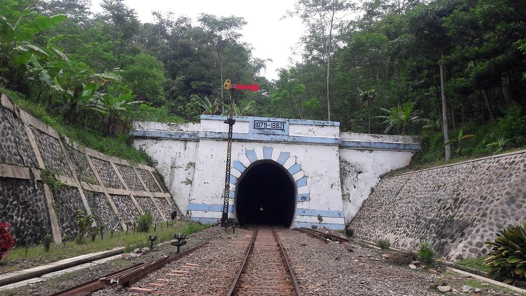 Terowongan Lampegan (Foto: edratna.wordpress.com)