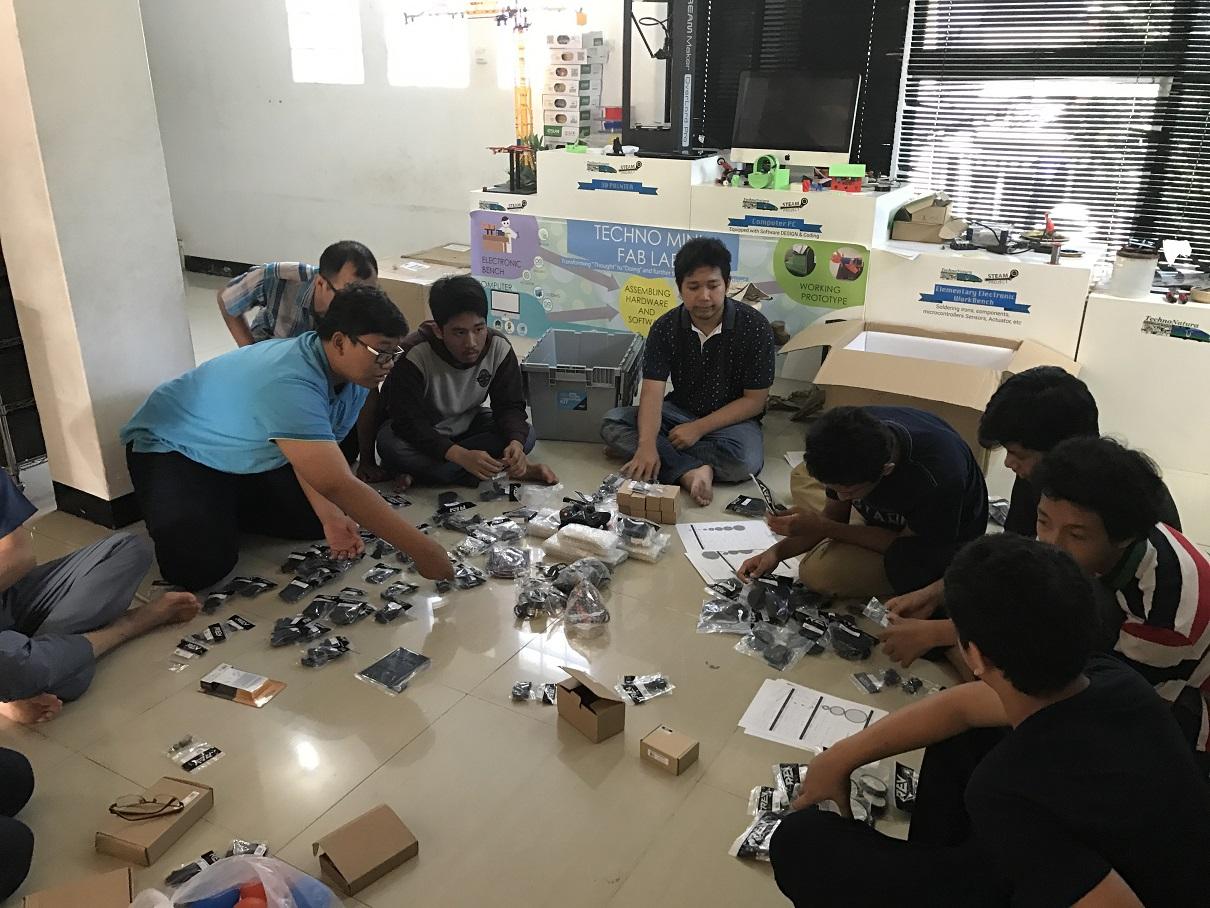 Tim Indonesia Robotic Team saat merancang robot