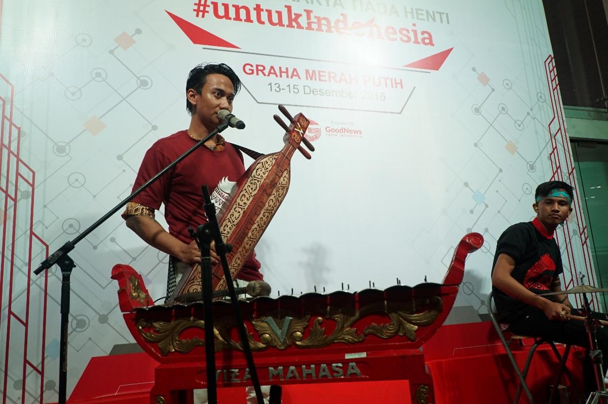 Penampilan V1mast saat menggunakan alat musik Sapeh dari Kalimantan (Foto: Bagus DR / GNFI)