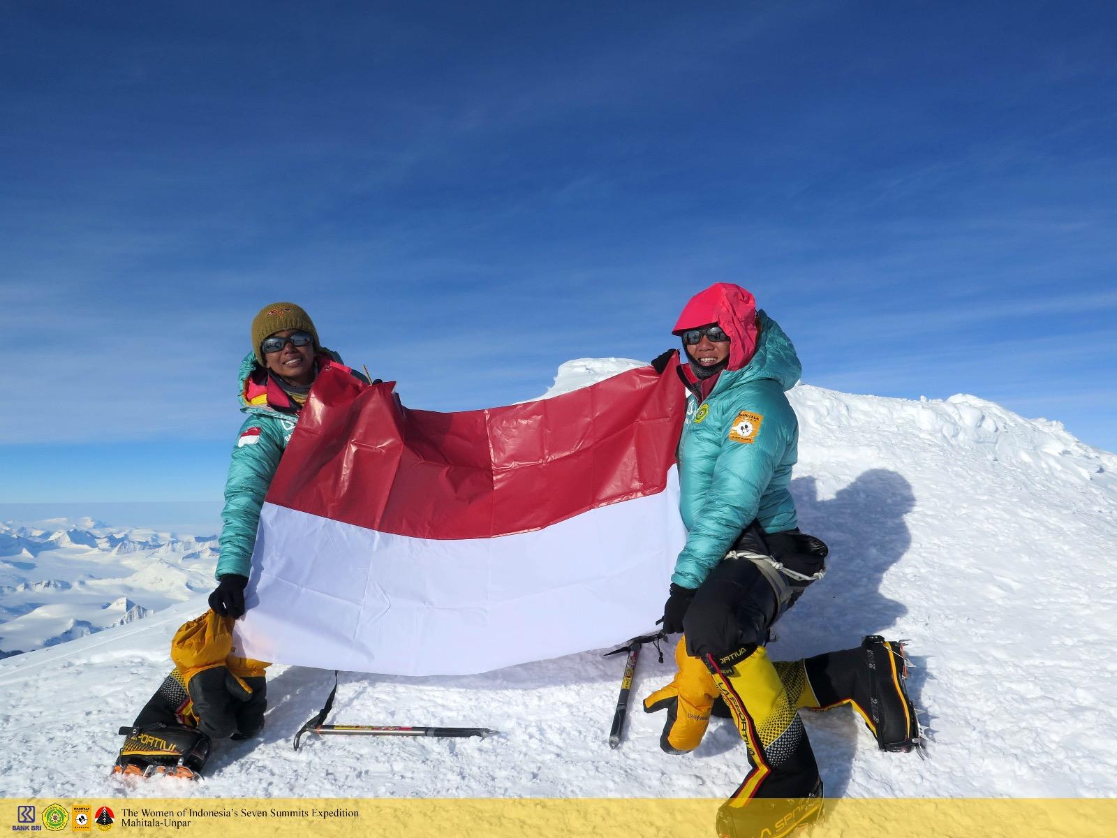 Merah Putih berkibar di Puncak Vinson Massif, Antartika (Foto: WISSEMU UNPAR)