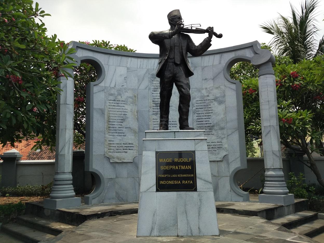 Monumen WR Supratman di depan teks lirik Indonesia Raya (Foto: Bagus DR/GNFI)