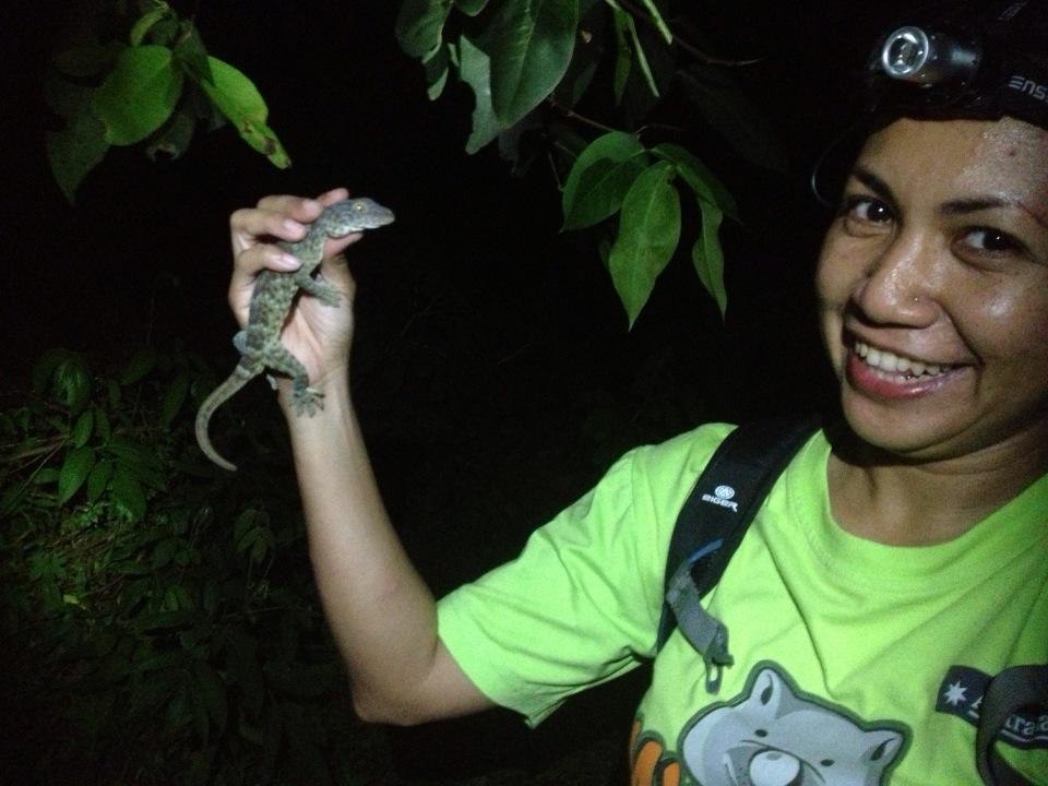 Evy dengan reptil yang aktif di malam hari