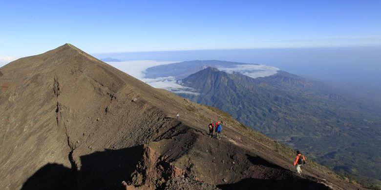 menuruni puncak Gunung Agung (KOMPAS.COM/FIKRIA HIDAYAT)
