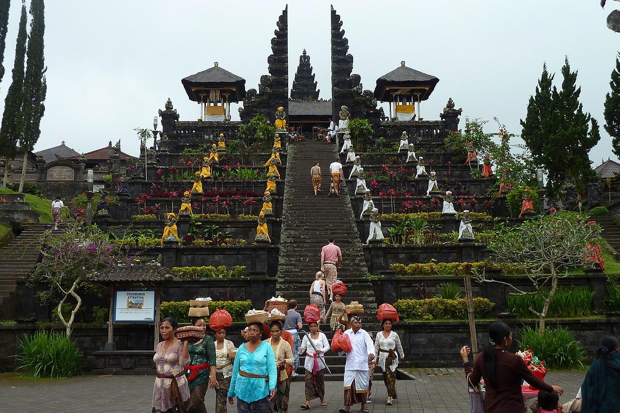 Pura Besakih dikaki Gunung Agung (wikimedia commons))