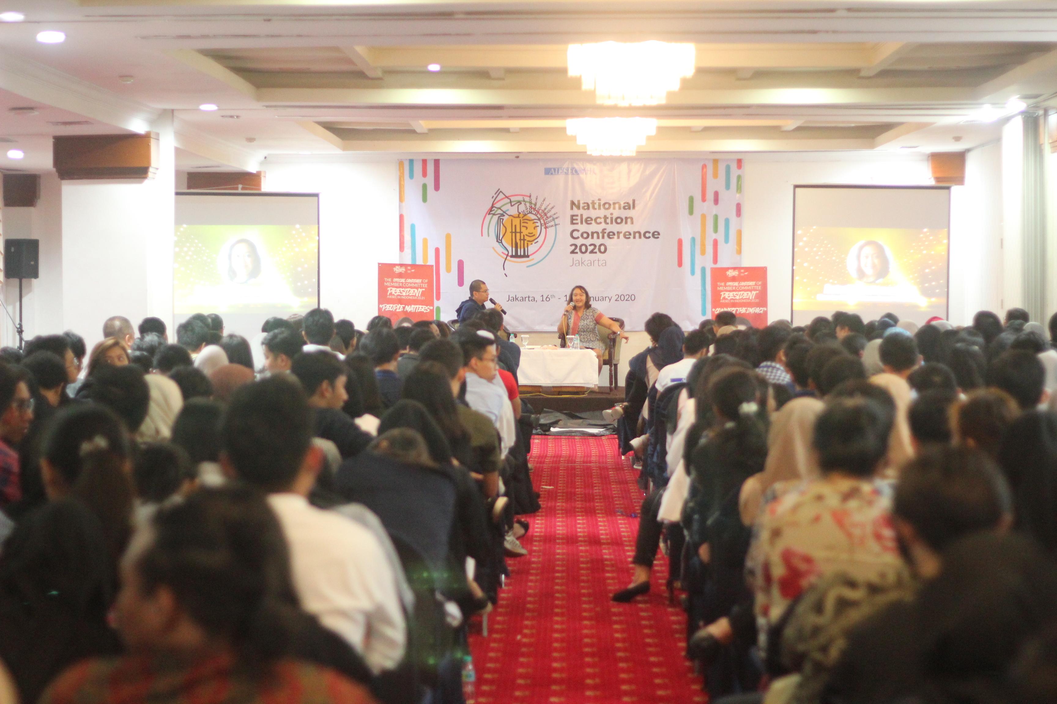 Astuti Martosudirdjo memberikan seminar tentang burnout kepada alumni dan anggota aktif AIESEC di Hotel Maharani Jakarta, 18 Januari kemarin. | Sumber: AIESEC Indonesia