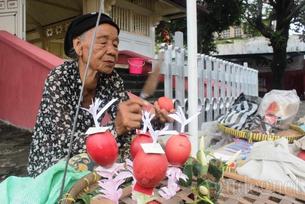 Mbah Budi yang berjualan makanan khas Sekaten Yogyakarta yaitu 'endog abang' (gudeg.net)