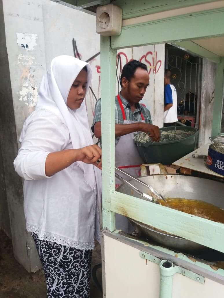 Pelajar yang ikut pekerjaan orang tuanya (facebook Kang Dedi Mulyadi)
