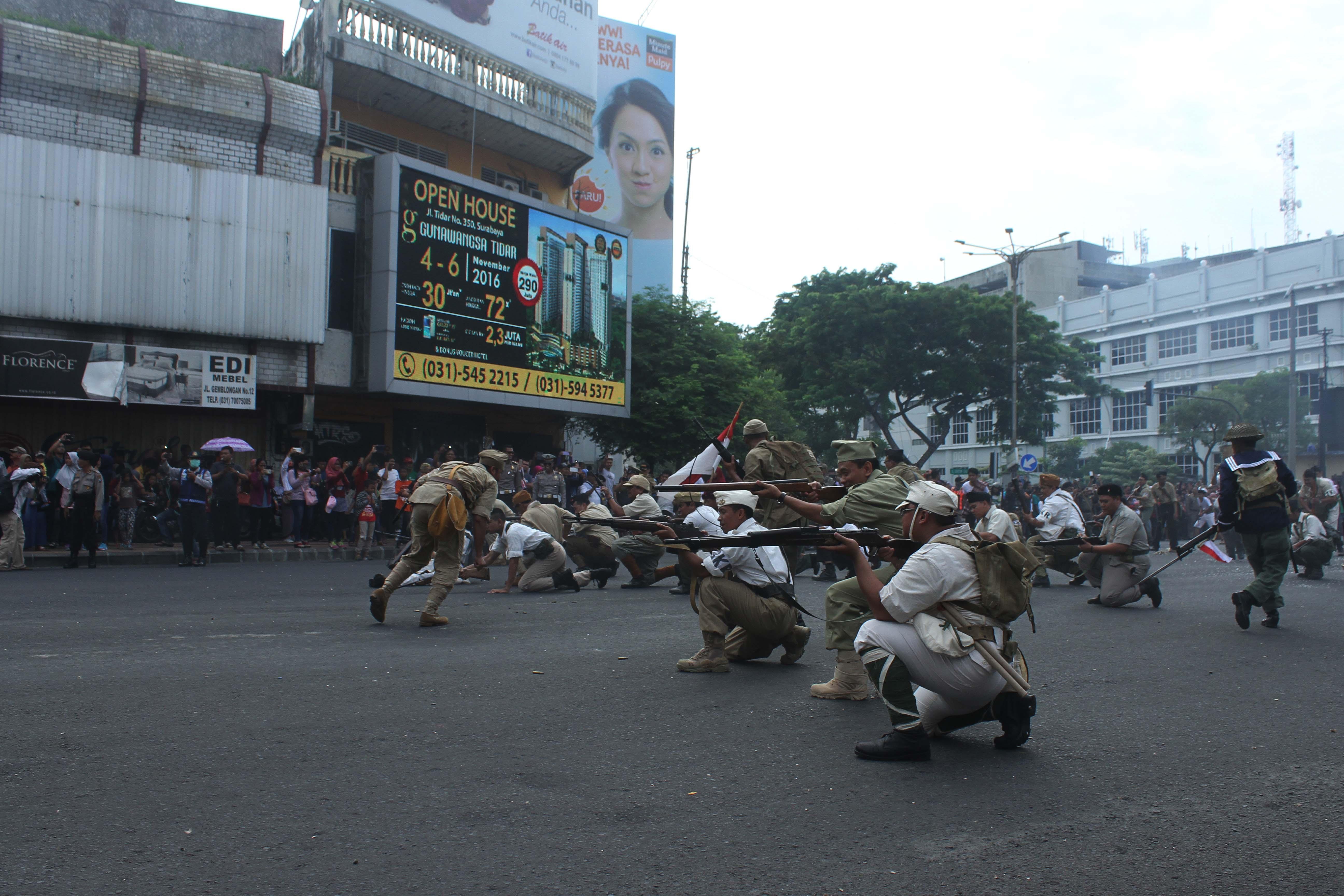 Rekonstruksi perang saat acara Parade Surabaya Juang