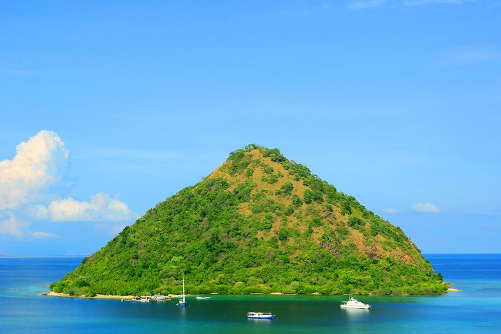 Pulau Kecil Tampak dari Labuan Bajo  © Boy Torkis Simarmata