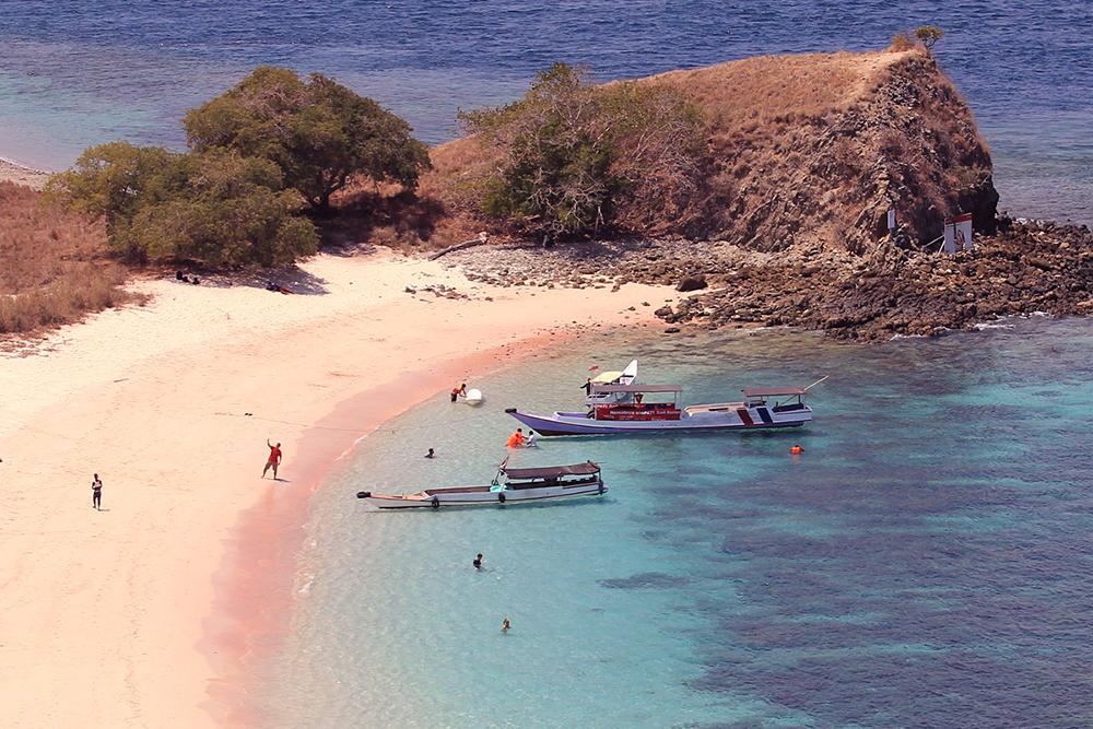 Pink Beach (Pantai Merah Muda)  © Boy Torkis Simarmata