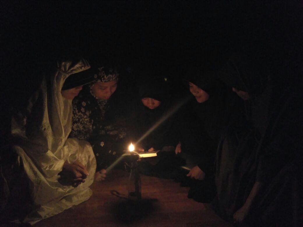 Masih di daerah Lurayya, masyarakat mengandalkan pelita sebagai penerang. Beberapa penduduknya sudah menggunakan tenaga listrik, namun bagi mereka yang masih mempunyai hubungan kekerabatan dengan Amma Toa (pimpinan Kawasan Adat Tana Toa) tetap berpegang teguh untuk menggunakan pelita dan sejenisnya @Dokumen Pribadi
