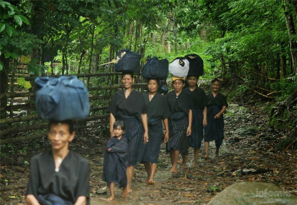 Para perempuan orang Kajang di Kawasan Adat Tana Toa waktu pernah diberlakukan mengambil gambar di dalam kawasan tentunya dengan beberapa persyaratan. Namun sejak beberapa tahun ini, hal demikian sudah tabu untuk dilakukan