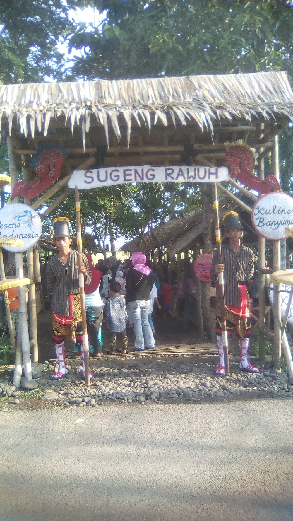 Penjaga di pintu masuk Pasar Kuna Lereng berpakaian seperti prajurit kerajaan