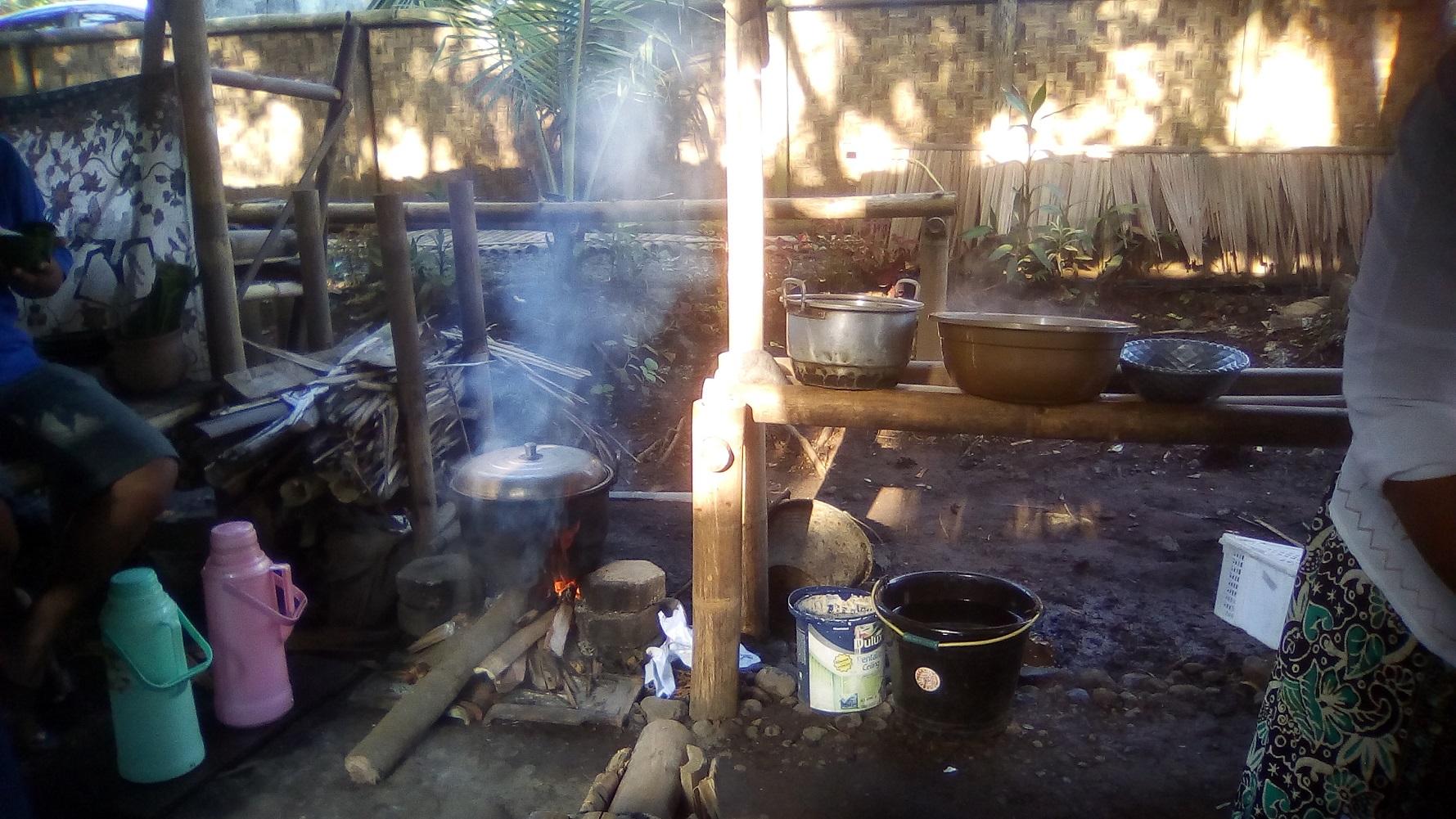 Air dijerang di atas pawon (tungku) berbahan bakar kayu