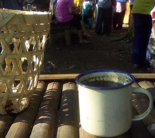 Kopi clebek bersanding dengan keranjang bambu