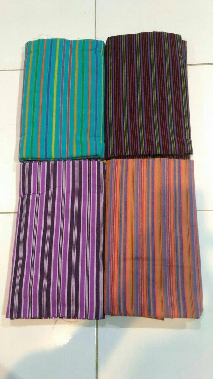 Mengikuti perkembangan zaman kain tenun lurik mulai muncul berbagai warna: Sumber | Tokopedia
