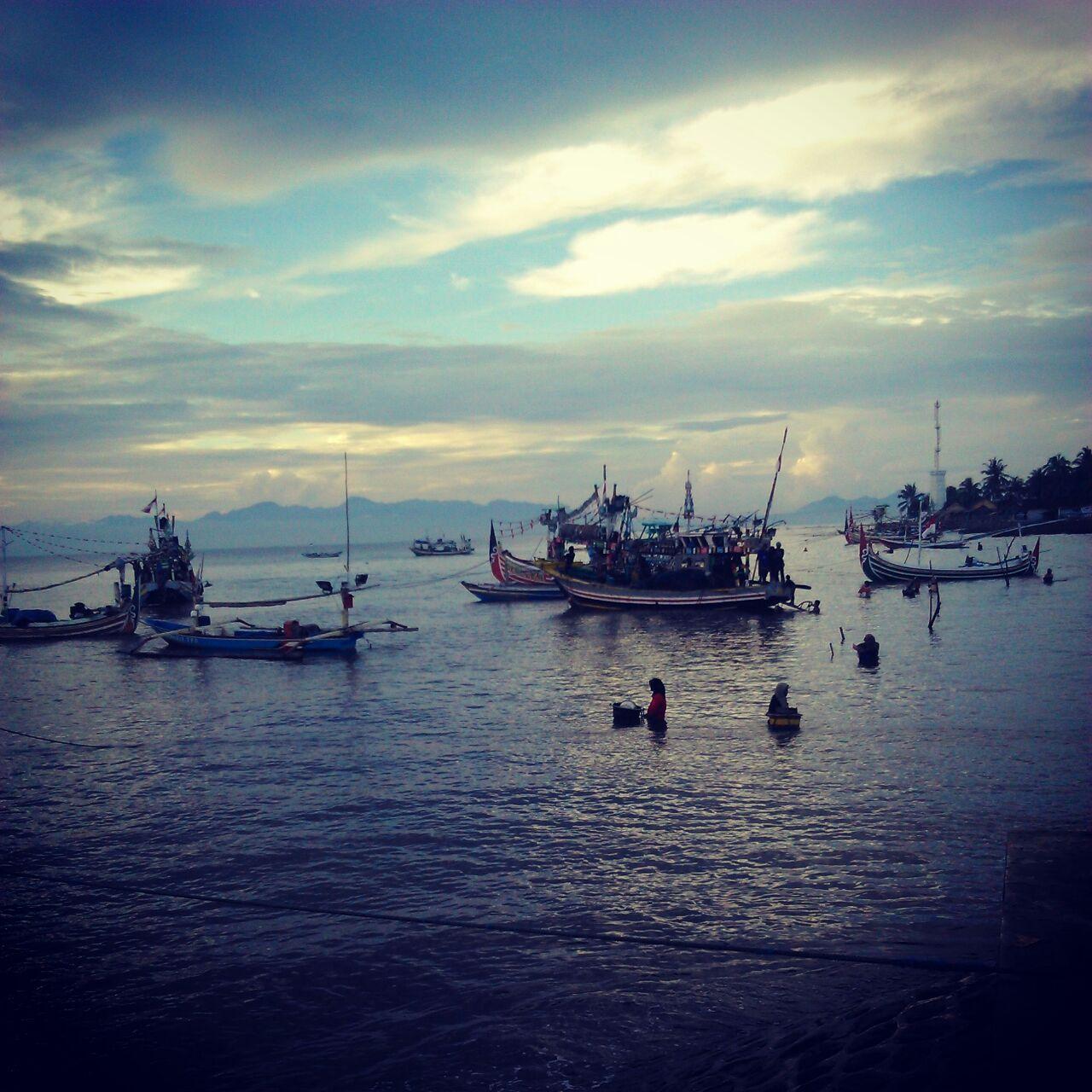 Perahu nelayan di desa kebangsaan Wonorejo