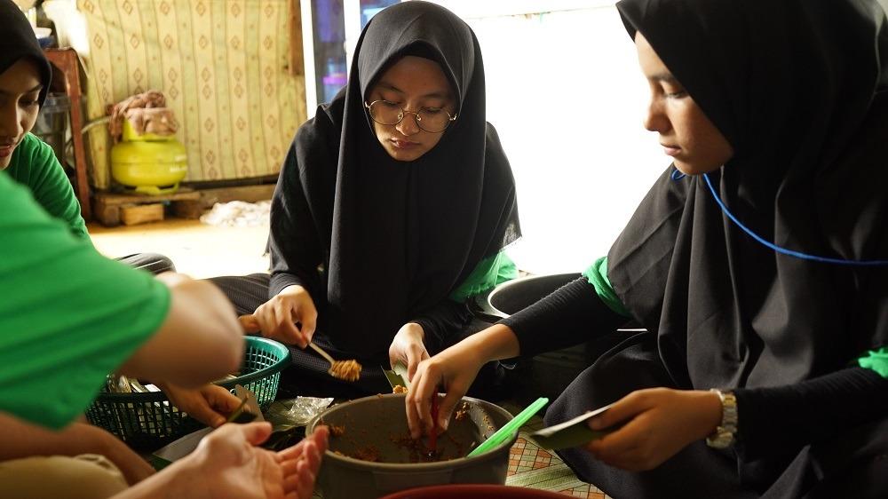 Peserta BYTe mencoba langsung pembuatan Kue Putu Piring di salah satu UMKM Desa Sembulang
