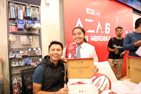 PERSONAL: Founder dan CEO DBL Indonesia, Azrul Ananda ikut memberikan tandatangan bagi para pembeli sepatu AZA6 versi Kemerdekaan secara eksklusif.