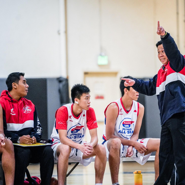 ARAHAN : Pelatih tim putra Honda DBL Indonesia All-Star 2018 Jap Ricky Lesmana (paling kanan) memberikan instruksi kepada tim asuhannya. Tim putra All-Star mencetak sejarah dengan menjadi runner-up pada Turnamen Nasional di Amerika Serikat, yang berlangsung di Get It Done Sports Complex, Corona, California kemarin (25/2).