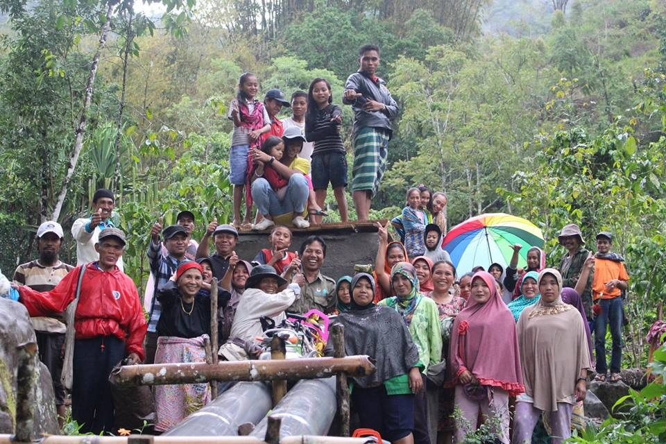 Hunggul Bersama Masyarakat Setempat | Foto : KemenpanRB