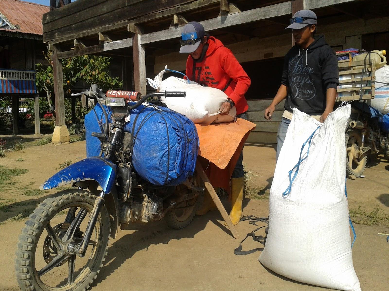 Burhanuddin tengah menyiapkan barang untuk dibawa ke Kota