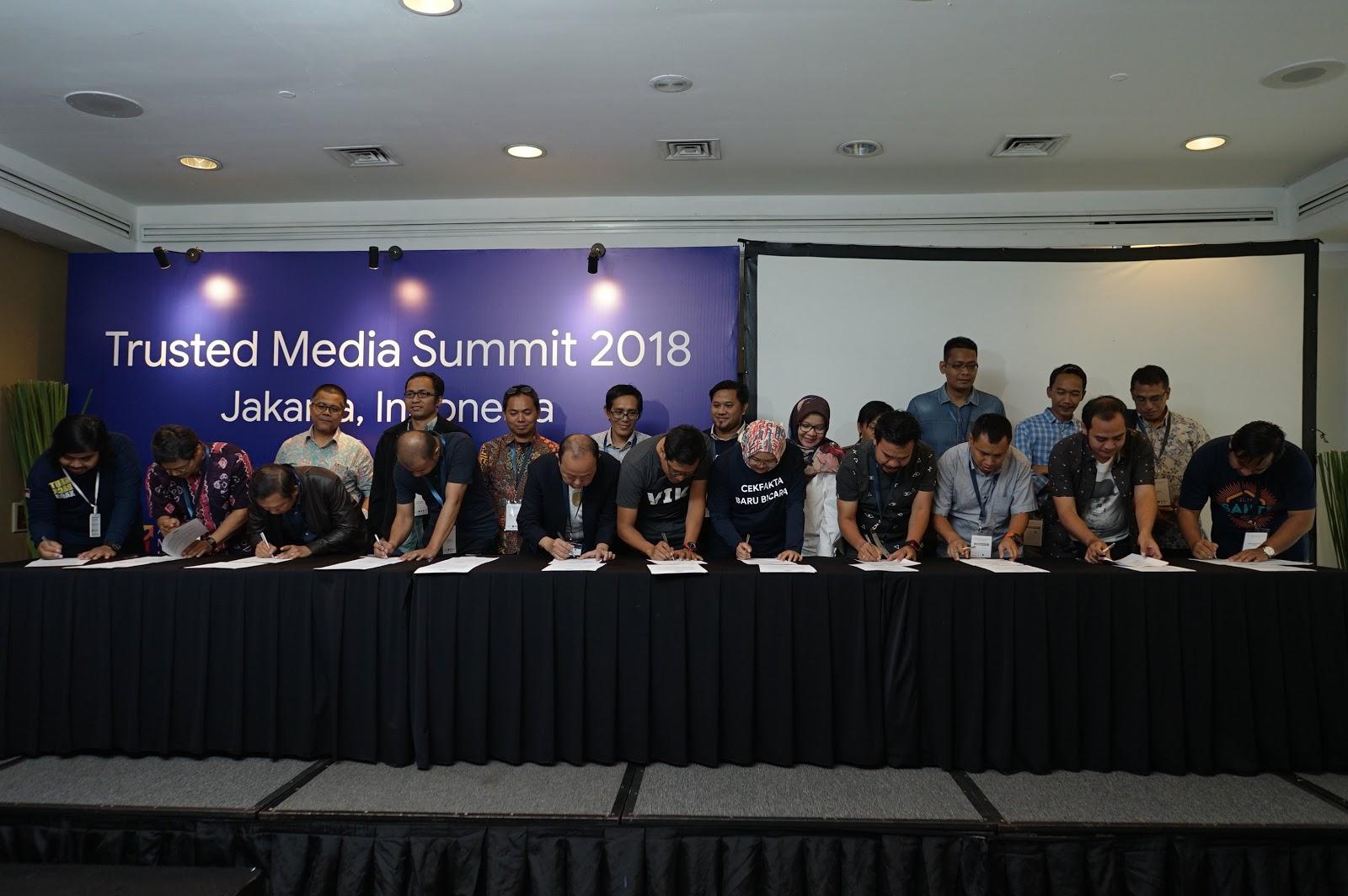 Penandatanganan Kolaborasi CekFakta.com oleh Pemimpin Redaksi 22 media publikasi di Indonesia | Foto: Dok. Google