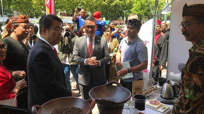 Duta Besar RI untuk Jepang dan Gubernur Nagoya Mengunjungi Stan Ngopi Saraosna | Foto: Dok. Humas Jabar