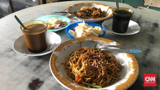 Mi dan kopi Aceh | Foto: CNN Indonesia/Safir Makki