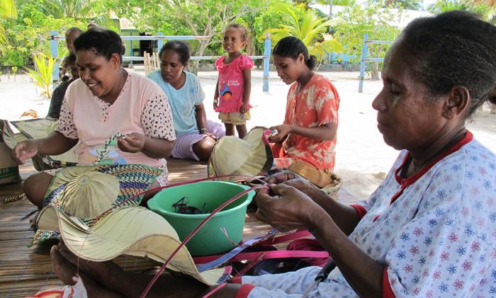 Para mama di desa Arborek menganyam topi | Foto: routinescape.wordpress.com