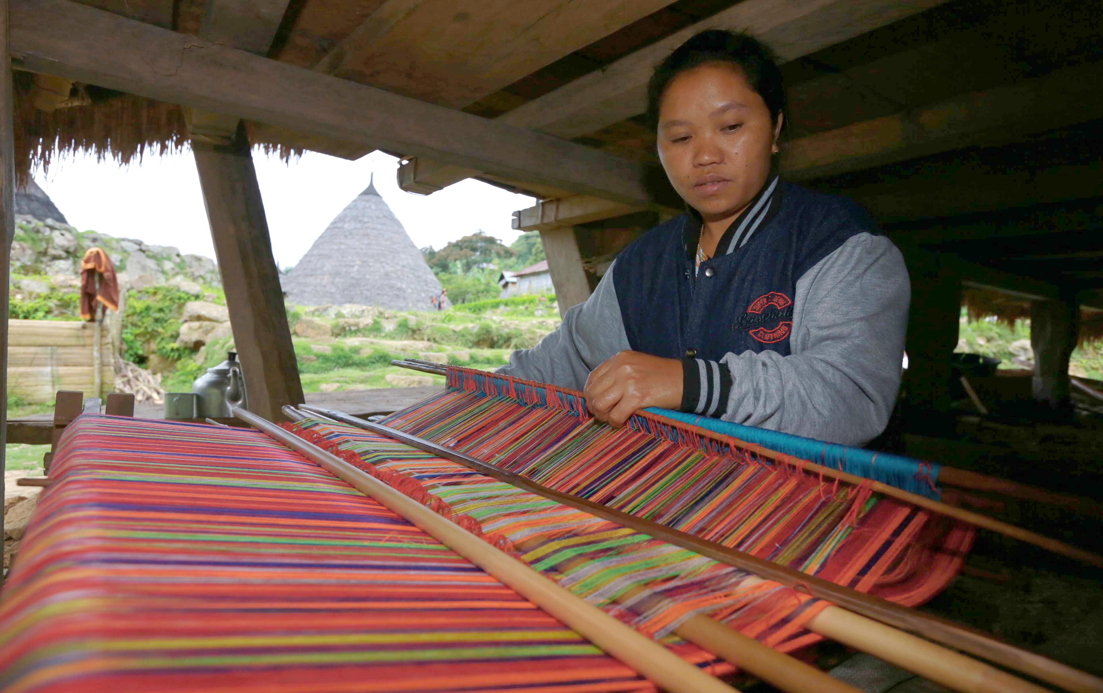 Proses pembuatan kain tenun ruca | Foto: pikiran-rakyat.com