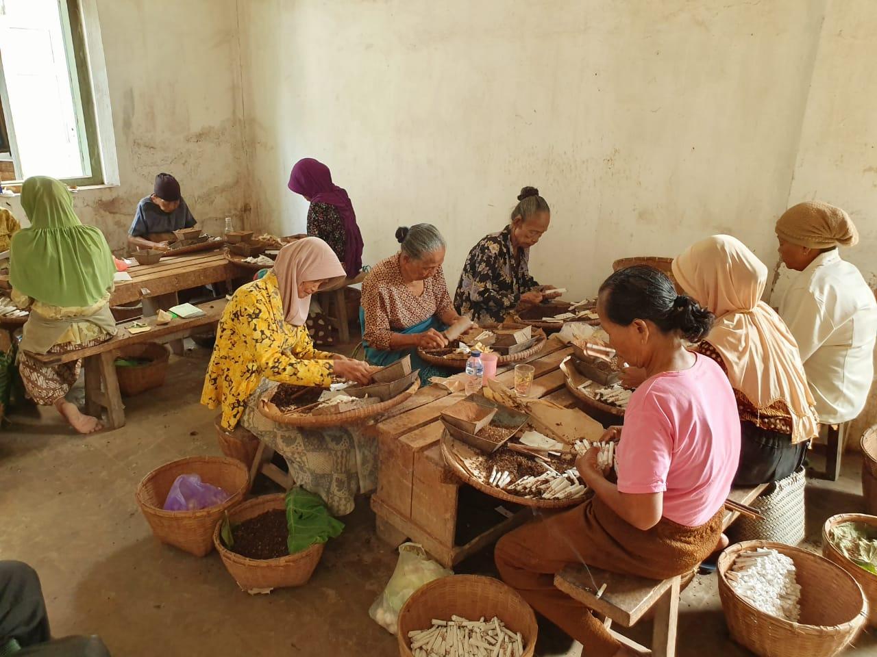 Pekerja pabrik rokok Klembak Menyan | Foto: Della Aniswara/GNFI