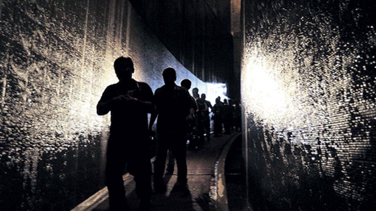 Lorong museum dengan gemuruh air di sisi kanan dan kiri   Foto: medandailybisnis.com
