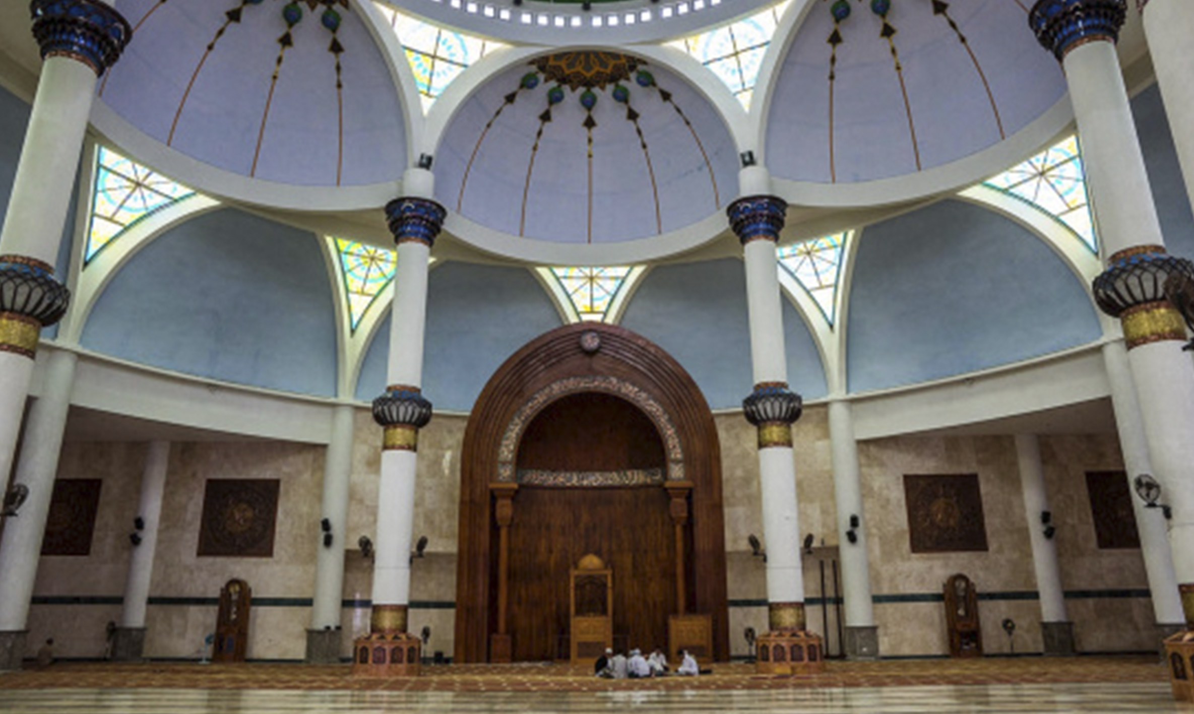 Bagian dalam Masjid Agung Natuna | Foto: wisatanatuna.wordpress.com