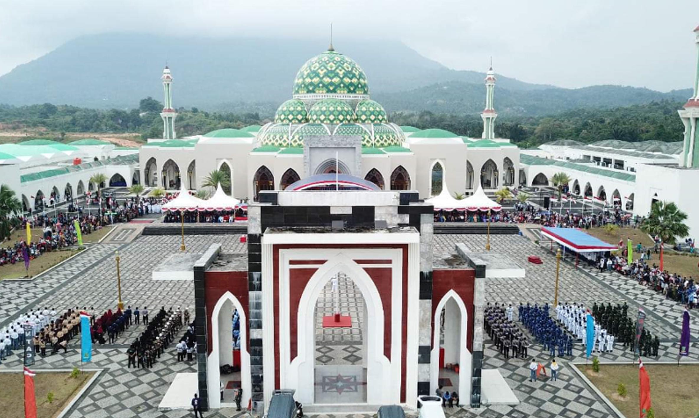 Tampak Luar Halaman Masjid Agung NatunaFoto: keprinews.co.id