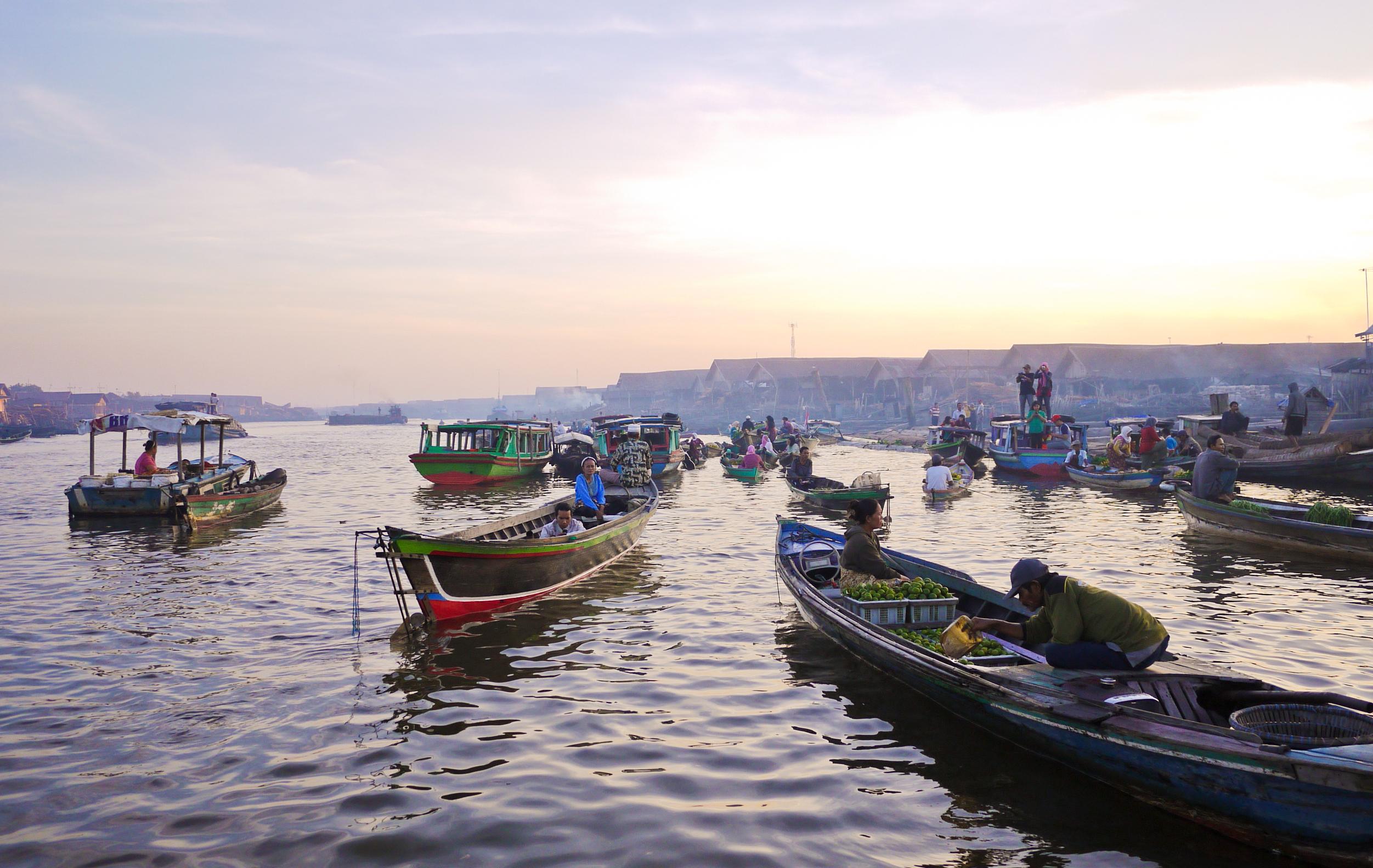 Aktivitas Pasar Apung pada salah satu sungai di Banjarmasin | Foto: blog.airyrooms.com