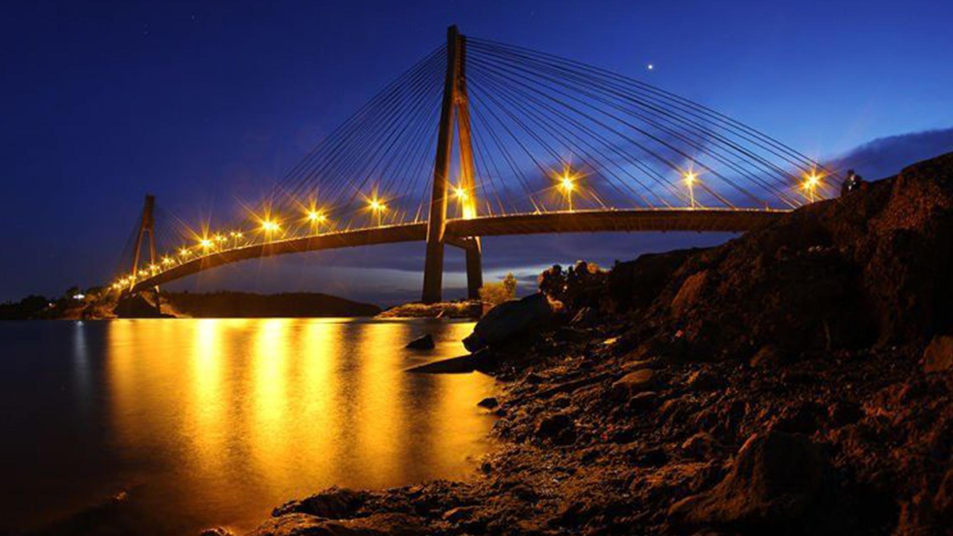 Jembatan Barelang dengan semburat cahaya malam hari | Foto: nationalgeographic.co.id