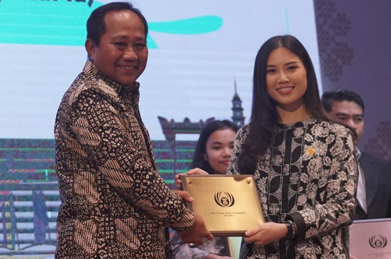 Sekda Iswa Aminuddin menerima penghargaan untuk Kota Semarang | Foto: istimewa/suaramerdeka.com