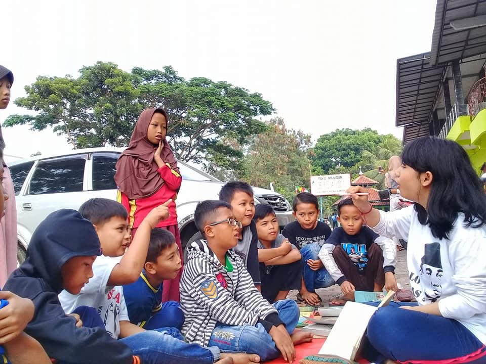 Anak-anak setingkat SD berkunjung di taman baca Satu Hari