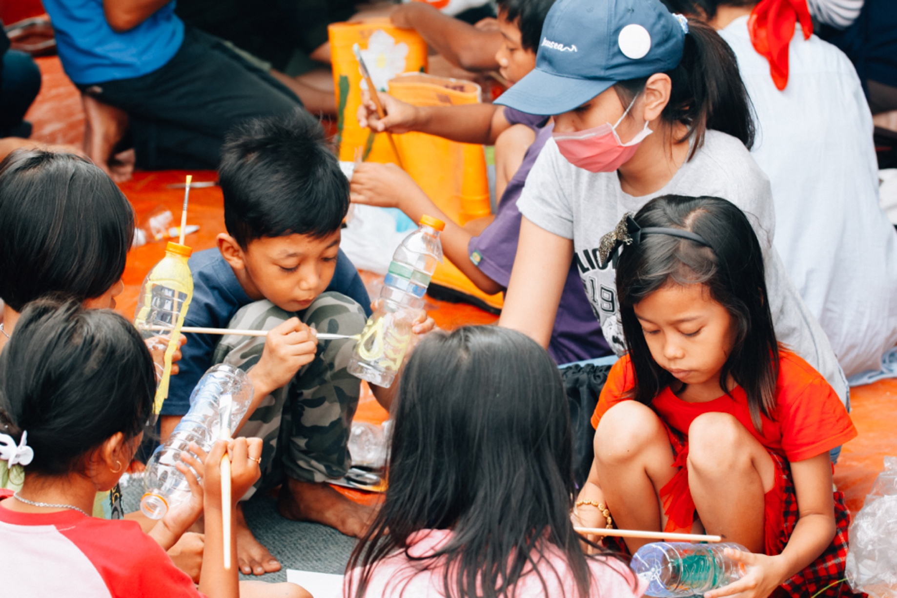 Aktivitas mendaur ulang botol plastik bersama warga lokal