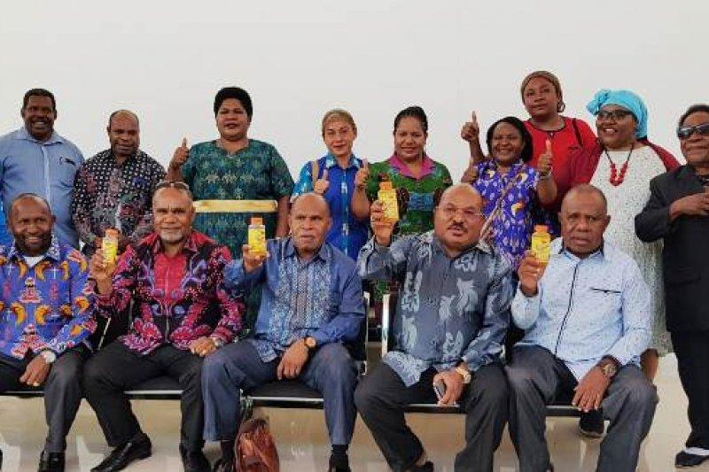 Gubernur Papua Lukas Enembe bersama Forkompinda memamerkan minuman kemasan hasil olahan nanas Bokondini yang akan dipromosikan di PON 2020. Sumber: Dokumentasi Humas Pemprov Papua