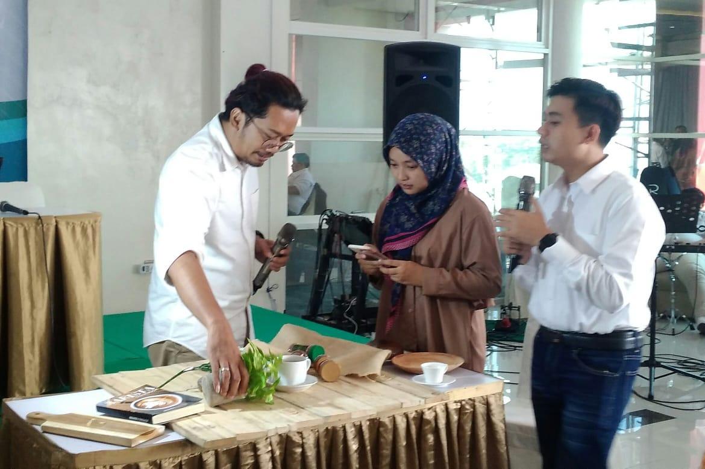 Peserta workshop ditantang untuk memotret makanan menggunakan smartphone