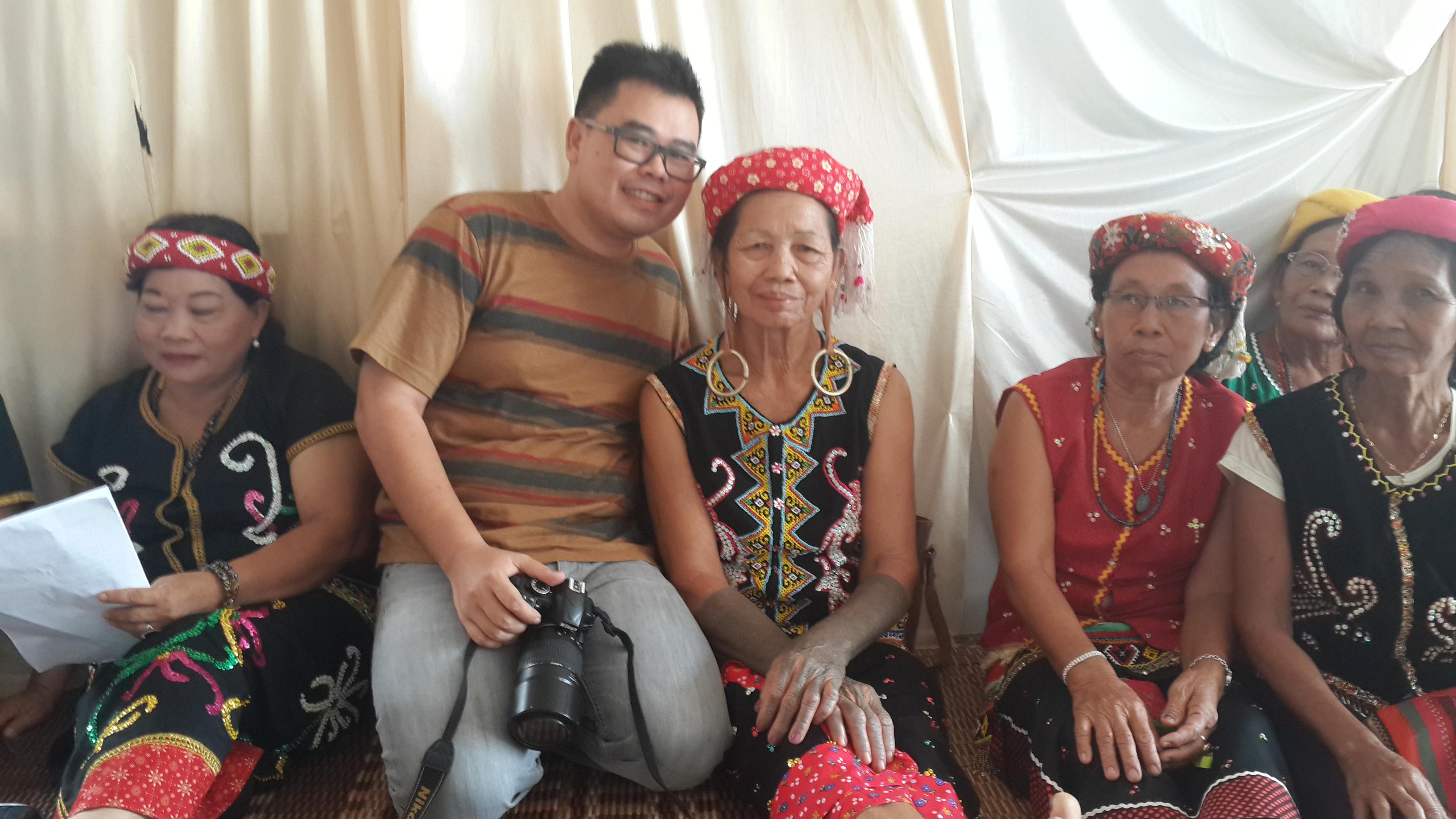 Bersama wanita dayak yang bertelinga panjang