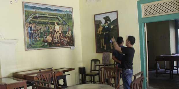 Lukisan Pembantaian Saudagar Kaya di Banda Neira oleh VOC (Foto oleh I Made Asdhiana)