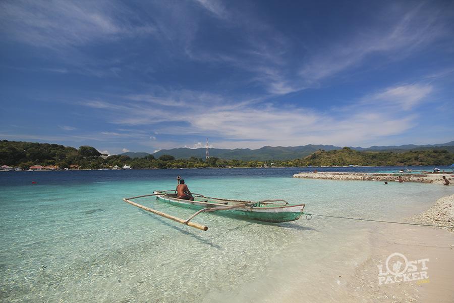 pantai ini ada di pulau kecil yang bernama kepa. Indah kan pemandangannya.