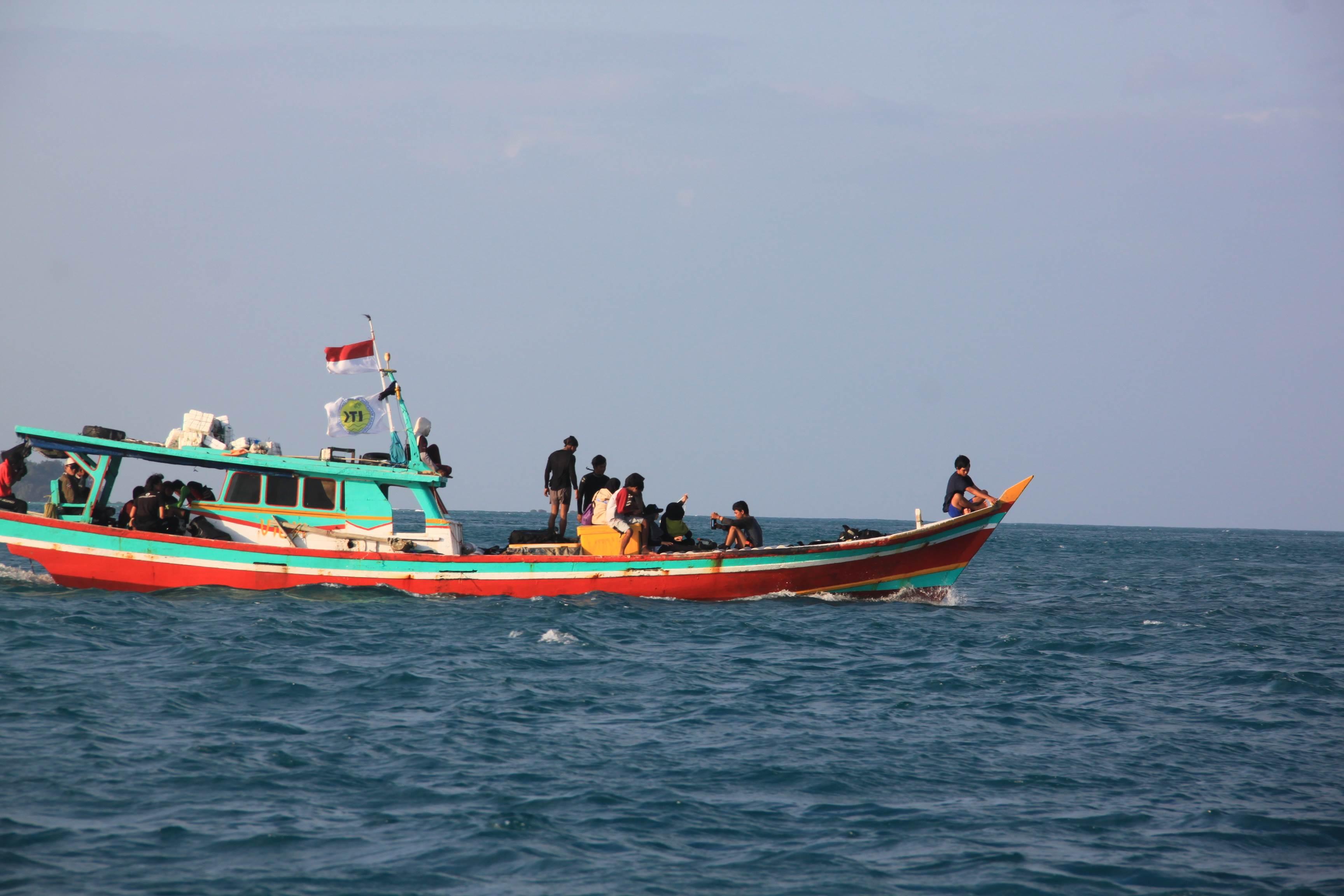 Tim Ekspedisi Himiteka IV menuju lokasi pengambilan data ekosistem terumbu karang