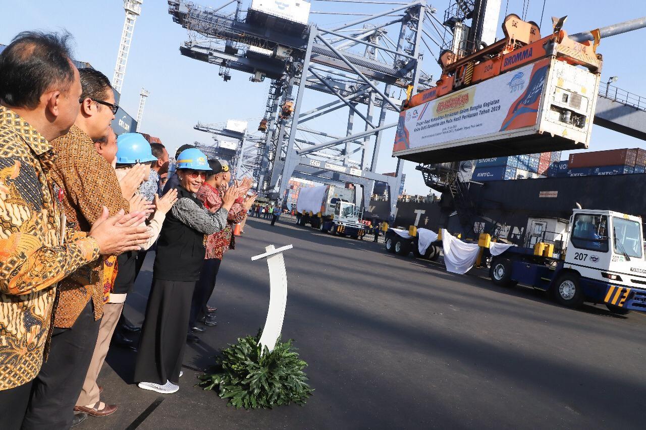 Menteri Kelautan dan Perikanan Susi Pudjiastuti melepaskan ekspor raya perikanan di Pelabuhan Tanjung Priok.| Humas KKP | Mongabay.co.id