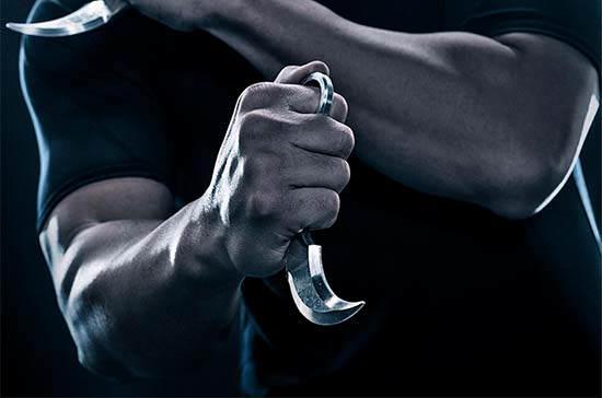 cara memegang kerambit