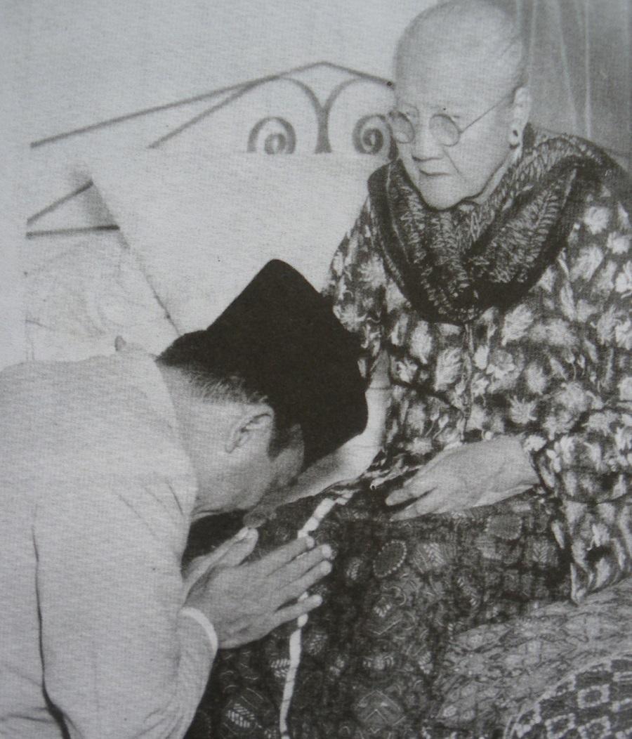 Sukarno sungkem kepada ibunya, Idayu Nyoman Rai. (sumber : historia.id)