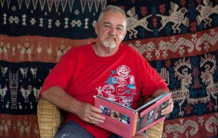 David Wyllie (1951 - 2012), peselancar legendaris dan pemerhati kain tenun khas Sumba. Menjadikan bumi Nusa Cendana sebagai kediamannya (Reynold Sumayku/National Geographic Indonesia)